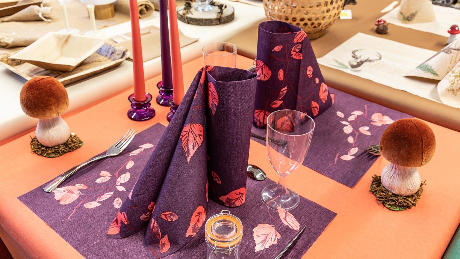 Tische in den Farben der Zeit